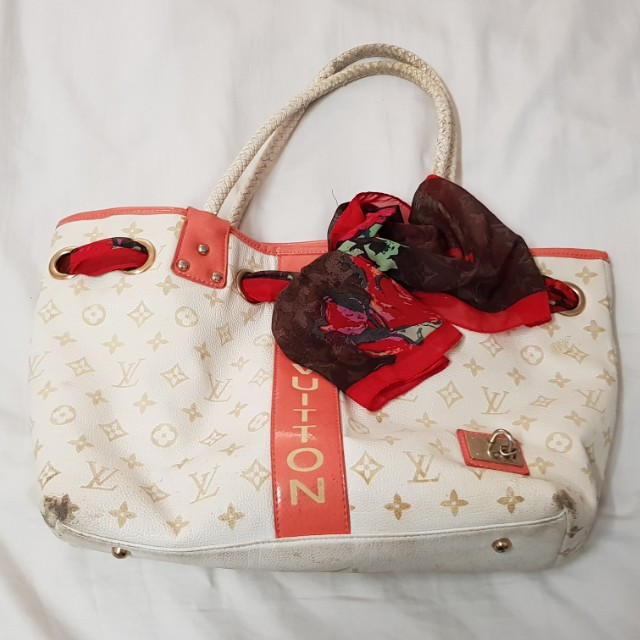 Preowned womens handbag. Has wear and tear