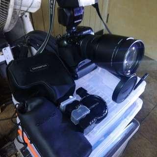 OLYMPUS C8080單眼相機全套設備包含手持器閃光器, 含炮筒機遙控器,及4颗鋰電池,便宜賣,內行人的單眼專業相機,功能一切正常,極新