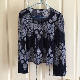 Navy blue/White top with flowy sleeves