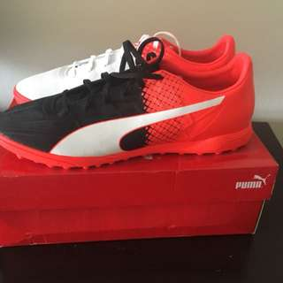 NEW! Still come with the box - Puma Indoor soccer shoes! Size 13