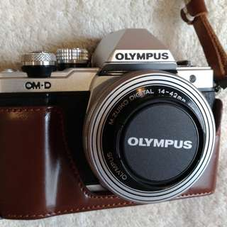 Olympus OMD EM10 mark II - lens kit 14-42mm - plus 2 baterai