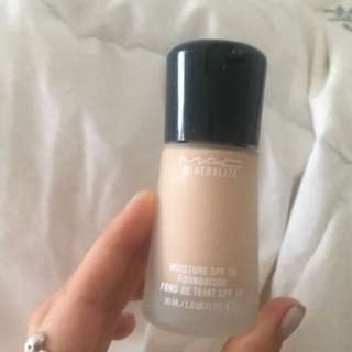 Mac Mineralise Moisture Foundation