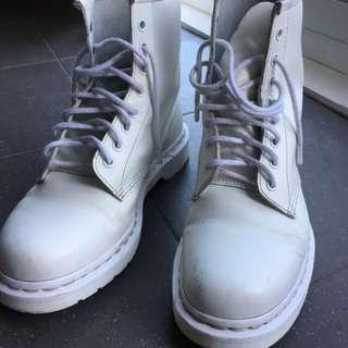 White DOC MARTENS unisex size 8