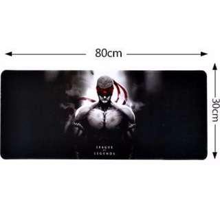 超大滑鼠墊 (80cm x 30cm) 普通滑鼠墊 (32cm x 24cm)