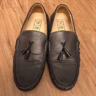 24 01 Loafers