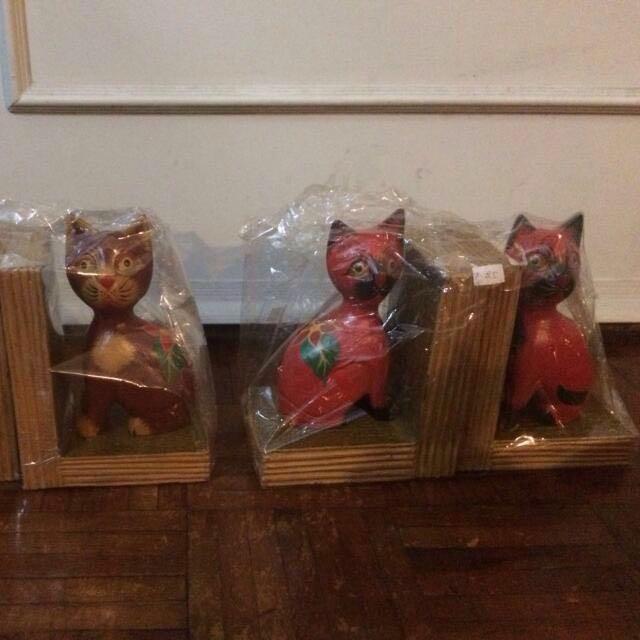 Patung Kucing Penjaga Rak Buku