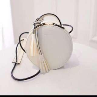 白色硬殼圓形包包