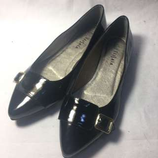 🚚 金屬方框飾漆皮尖頭平底鞋