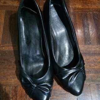 Wade Black Shoes In Size 8 (2 Inches Heels)