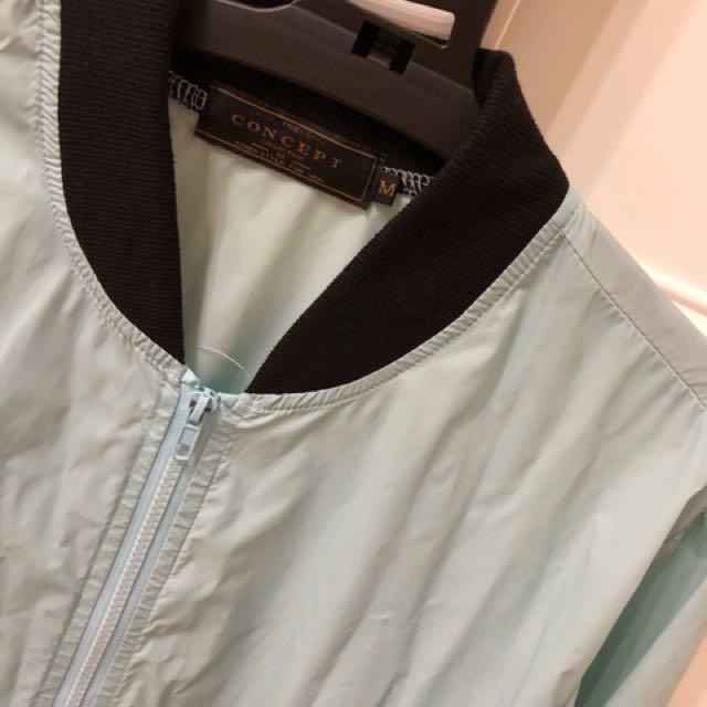 水藍色防風外套