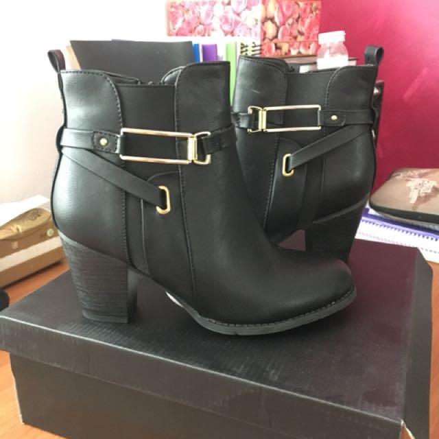 Black boots size 7 novo