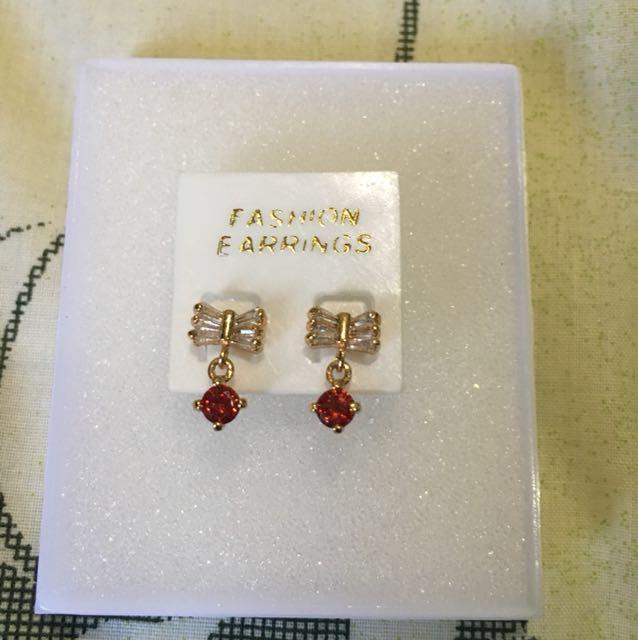Ribbon red stone earing