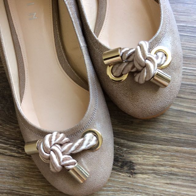 Ballet flats with twist knot