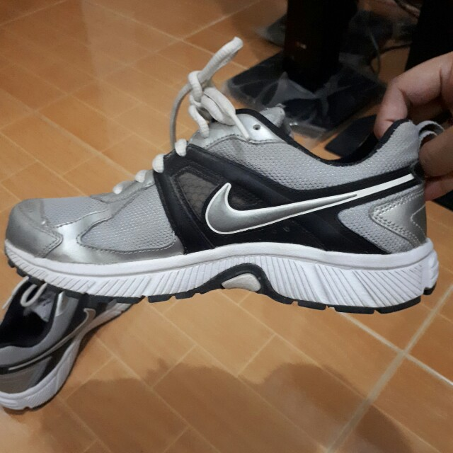 Nike rubber shoes, Preloved Women's Fashion, Shoes on Carousell