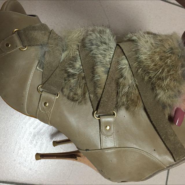 Tas 24.5版正常兔毛魚口高跟鞋專櫃高質感原價4680便宜出清 沒穿出去過但保存時間有一陣子了無盒超漂亮但我沒在穿高跟鞋