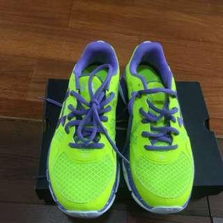 UA慢跑運動鞋在室內運動穿一次原價3080現附盒含運1500售出不退O