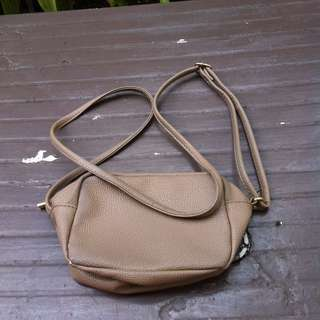H&M brown shoulder bag. In good condition. Dimension 18 x 9 x 14cm.