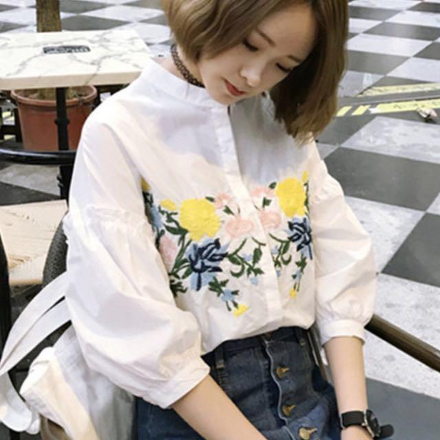 韓版花朵刺繡白色上衣。9成新 東區店面購買。原価1980元