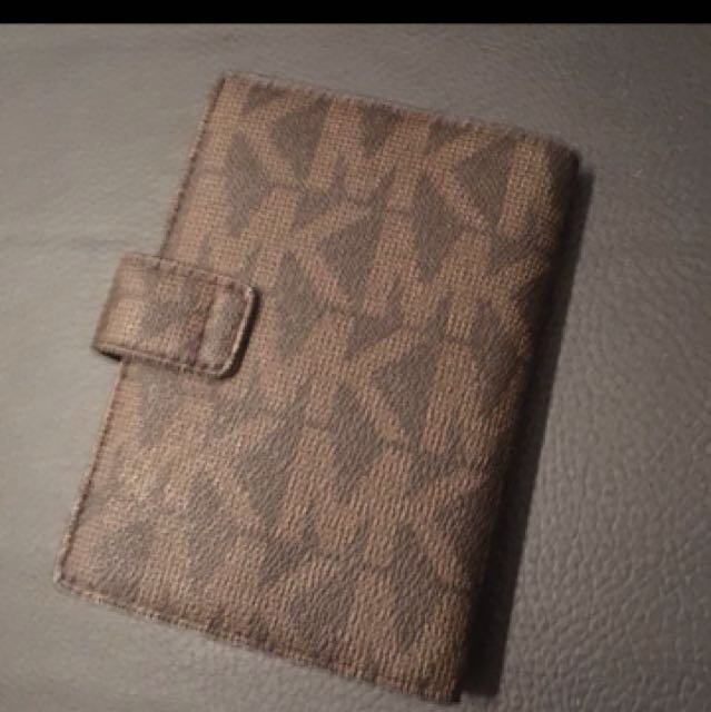 Michael kors passport holder complete woth paper bag and carecard :)