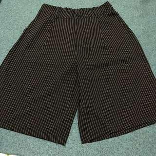 👖全新Queenshop 黑色直條紋五分寬褲 F size