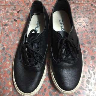 黑色仿皮休閒鞋