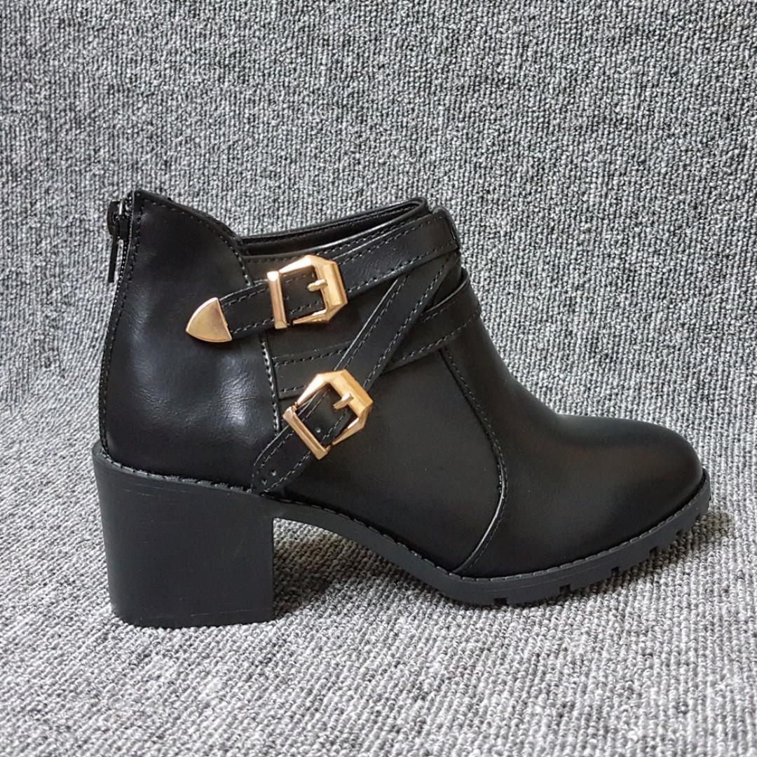 【極美】金屬雙扣質感韓系粗跟短靴-踝靴(黑色)
