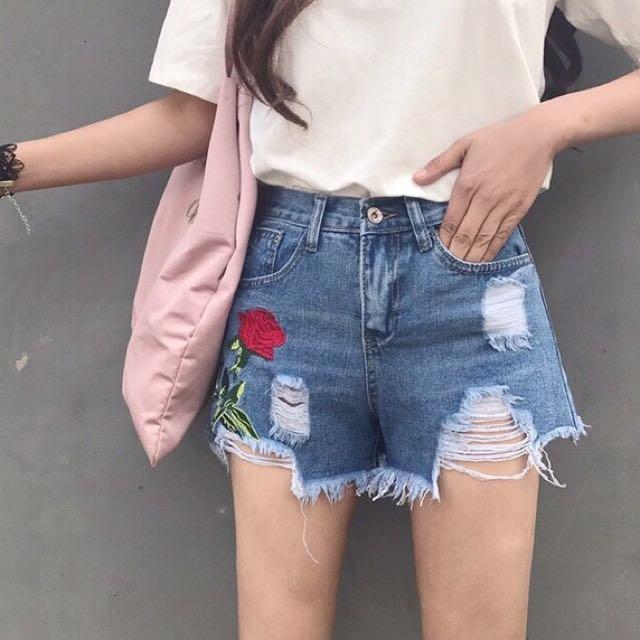 花 朵 破 洞 短 褲