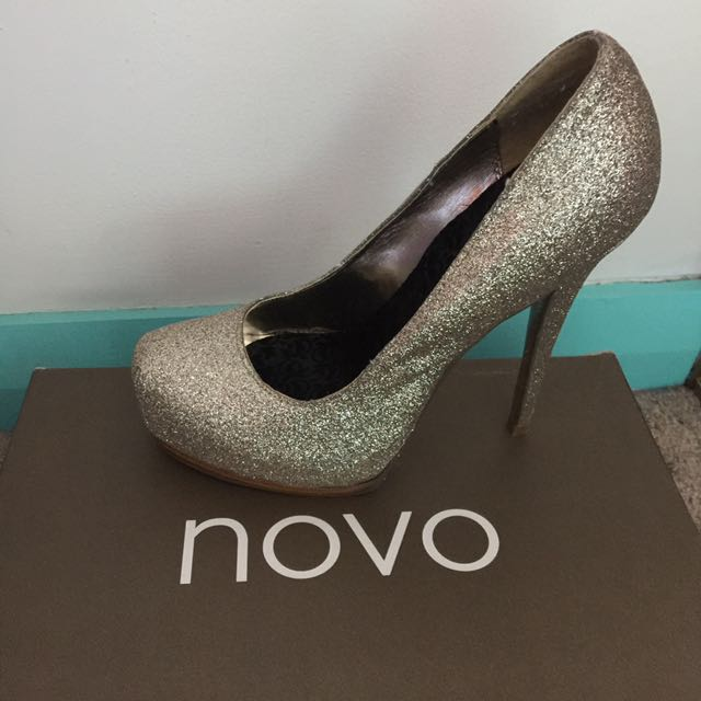 Novo GLAZE heels in gold. Size US 7