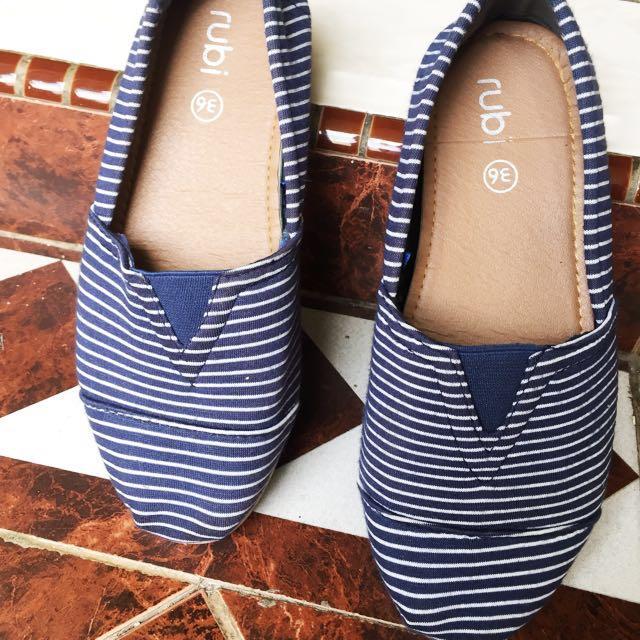 Sepatu flat rubi bahan, dipake nyaman, empuk.. kondisi 90%, dijual krn sudah tidak dipake. Masih mulus pokoknya 👍🏼. Ukuran 36, panjang kaki 23cm