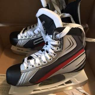 Only wore once!!! Almost new!!! BAUER Vaporx1.0 Skate  Size: US4  Price: CAD$55