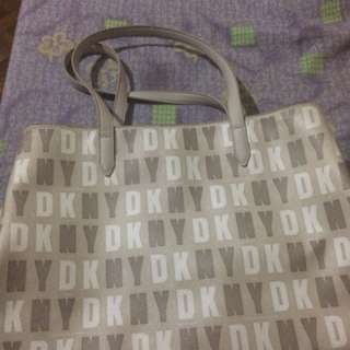 DKNY bag . 1 time use only 100% original . napakagandang bag but di nadin po magamet kase nasa bahay lang lage . fixprice po