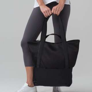 Lululemon hot mesh tote bag.