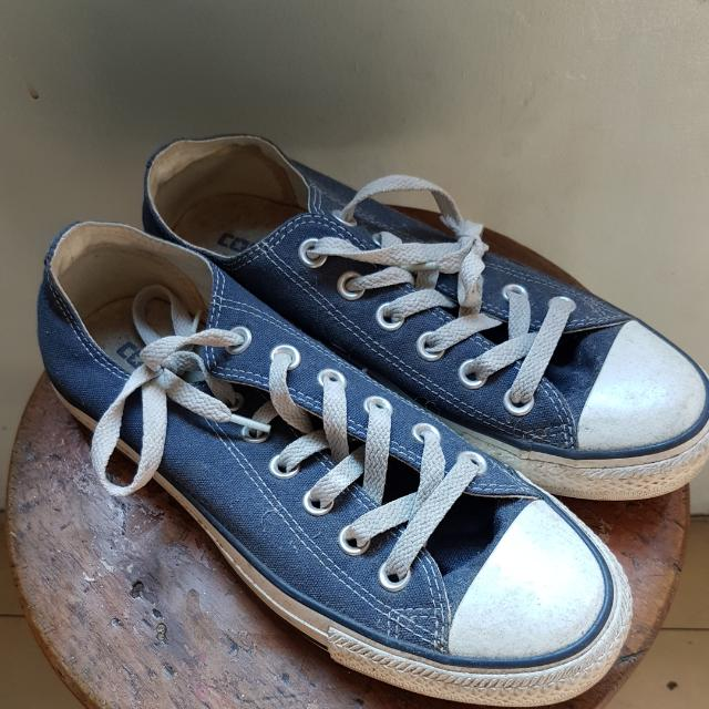 CONVERSE ALL STAR UNISEX US7.5 WO's  DUSTY FROM STORAGE. STORAGE STAINS INNER LINING SLIGHT STAINS ON RUBBER. FABRIC NO STAINS