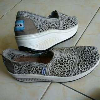 Sepatu wedges brukat import yaa sz 36 nyaman empuk dipake #harganett