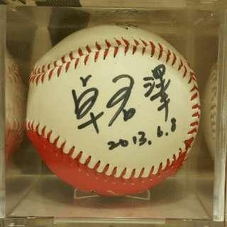 🚚 前緯來體育主播 卓君澤 親筆簽名球 附收藏盒 愛心造型球