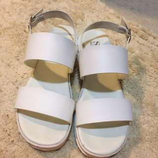 寬版一字帶涼鞋