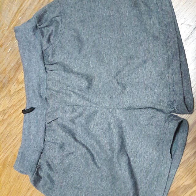 灰色運動短褲