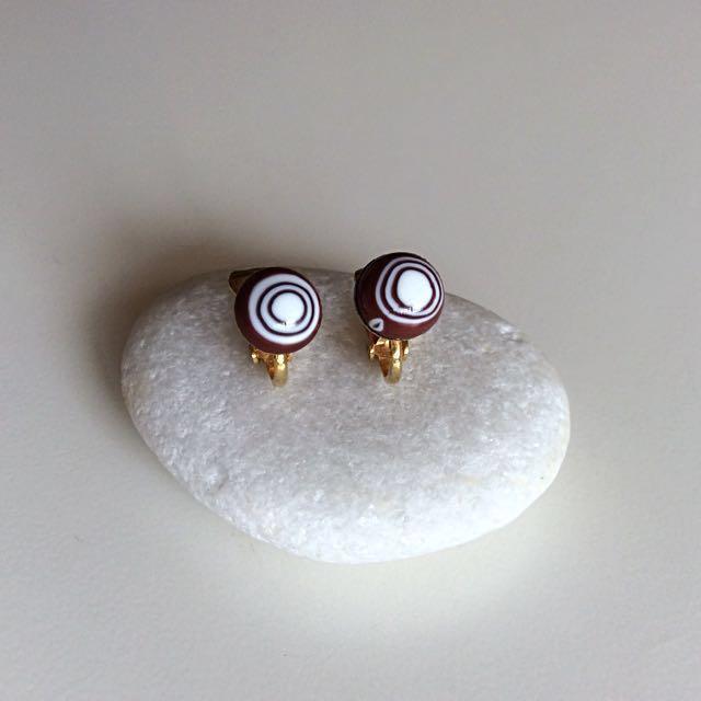 美國古董輕巧雙色迴旋手燒玻璃夾式耳環