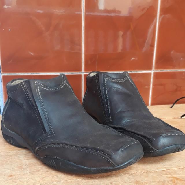 Sepatu merek Andrew