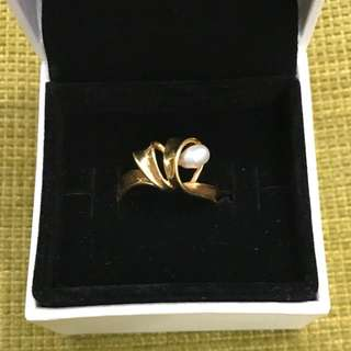 18 karat shell ring with pearl. 2.6 grams hallmark K18