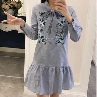 莫兒More*愛漂亮*韓版新款古典時尚甜美領口綁帶刺繡圖荷葉邊下擺連身裙#條紋魚尾裙