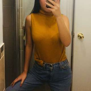 ✨MUSTARD SLEELELESS TURTLENECK✨