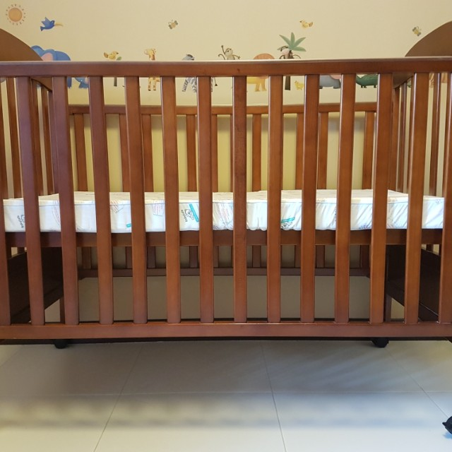 *CLEARANCE* Convertible baby wooden cot/junior bed