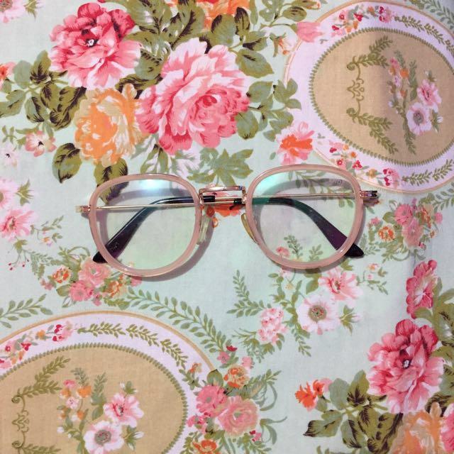 *Kacamata Woman