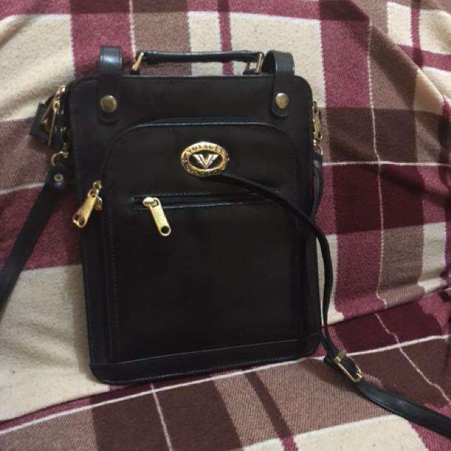 Voyager sling bag