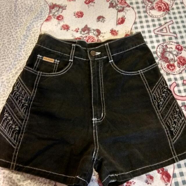 高腰黑色短褲