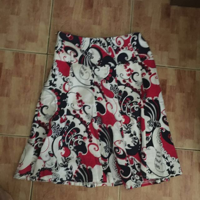 Paisley skirt ALL ITEMS MARKED * FOR 30 PESOS. 5 OR MORE 25 PESOS