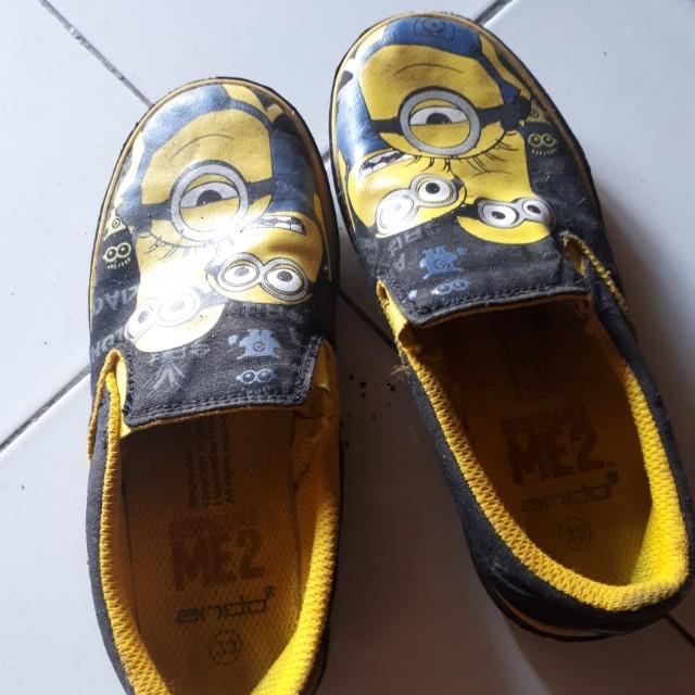 Sepatu minion