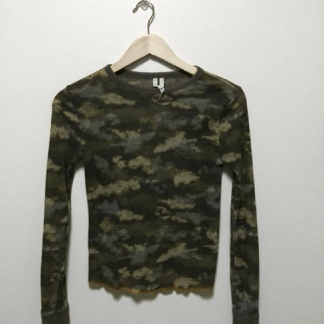 URBAN OUTFITTERS camo thermal long sleeve