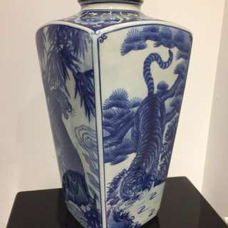 Blue/white Porcelian vase with Tiger design